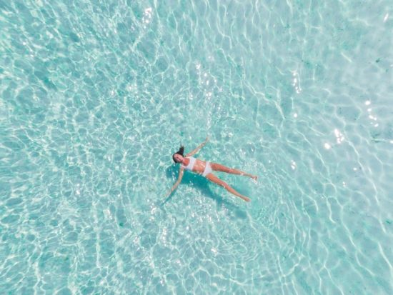 How to Protect Skin & Hair From Chlorine in a Swimming Pool